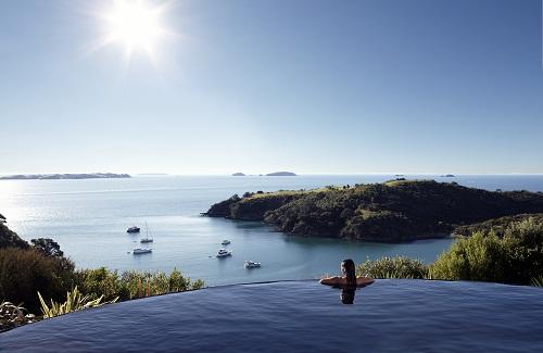 Đảo Waiheke - Viên ngọc quý trên vịnh Hauraki Đảo Waiheke nằm trên vùng vịnh Hauraki, cách trung tâm thành phố Auckland khoảng 40 phút đi phà. Năm 2016, Lonely Planet đã bình chọn Waiheke vào Top 10 địa điểm du lịch không thể bỏ qua trên thế giới.
