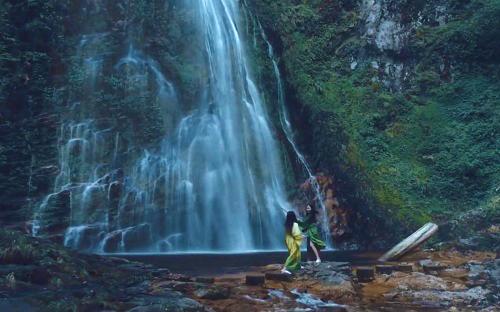 Ở một khung hình khác, các em cùng tập đấu kiếm dưới chân thác Tình Yêu (Sa Pa, Lào Cai). Ảnh:Naughty Boy.