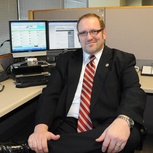 Bob Burns chụp ảnh tại nơi làm việc. Ảnh: Cnet.