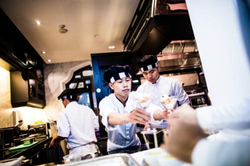 Không chỉ sở hữu không gian nghỉ dưỡng đẹp, resort còn phục vụ những dịch vụ đẳng quốc tế như ẩm thực do các đầu bếp sao Michelin như Michel Roux hay Pierre Gagnaire thực hiện, hay dịch vụ spa với những liệu pháp được chắt lọc từ triết lý cân bằng của người Á Đông tại HARNN Heritage Spa...