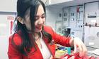 Nữ tiếp viên gốc Hoa bị chụp trộm gây sốt mạng xã hội