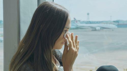 Nhiều người dễ khóc khi bay. Ảnh: CNN.