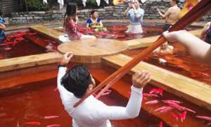 Bồn tắm như nồi lẩu cay khổng lồ ở Trung Quốc