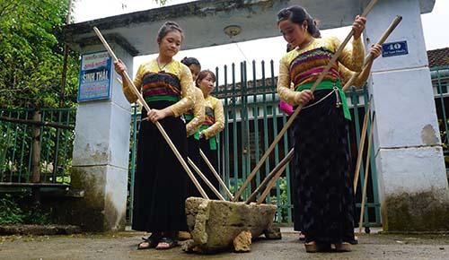 Khua luống - một nét văn hoá độc đáo của người dân địa phương thu hút khách du lịch. Ảnh: Lê Hoàng.