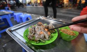 Ba món ăn vặt nổi tiếng trên con phố ngắn nhất Hà Nội