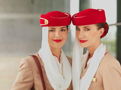 Hãng bay này cũng quy định tiếp viên nữ búi tóc kiểu Pháp hoặc búi tóc tròn cột thun đỏ - không bắt buộc. Ảnh: Flygosh.