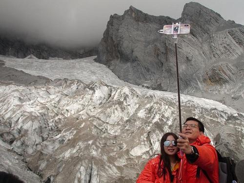 Hầu hết du khách tham quan được phát áoponcho đỏ để giữ ấm, họ có thểthở oxy từ bình khí sạch nếu chưa quen độ cao. Ảnh:AP.