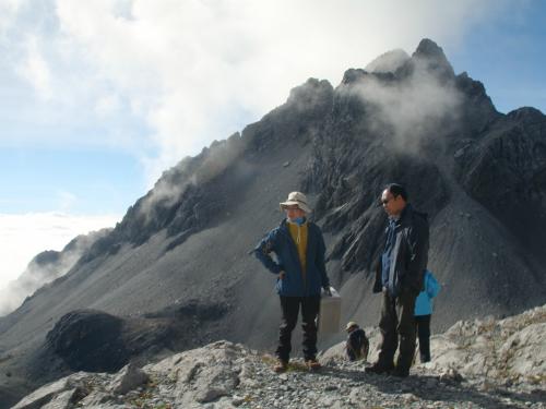 Chen Yanjun (trái) đứng cùng Wang Shijin trên đỉnh núi Ngọc Long. Ảnh:AP.