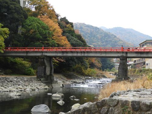 Cảnh dòng sông êm đềm dưới chân cầu Ajisai Bashi vào mùa thu. Ảnh: Saki.