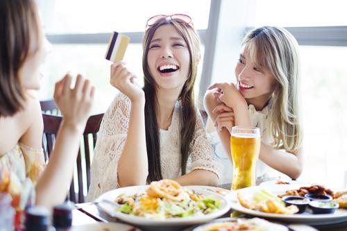 Đừng lạm dụng thẻ tín dụng khi du lịch nước ngoài vì bạn sẽ đổ nợ sau chuyến đi đấy!