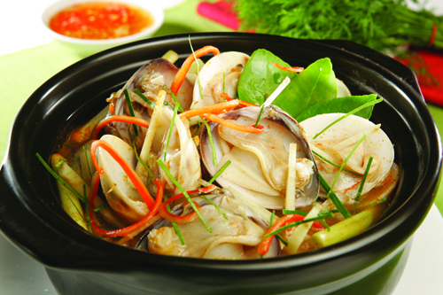 Tinh hoa ẩm thực TháiThái Lan không chỉ được biết đến là xứ sở Chùa Vàng cùng các trung tâm mua sắm sầm uất mà còn nổi tiếnglà vùng đất có nền văn hóa ẩm thực độc đáo.Trước năm 1939,Thái Lan được biết đến là Siam. Đây là quốc gia Đông Nam Á duy nhất chưa từng là thuộc địa của phương Tây. Điều này giúp nơi đây duy trì được phong cách nấu ăn riêng.Ẩm thực Thái Lan chịu ảnh hưởng từ ẩm thực của các nước lân cận như Trung Quốc, Ấn Độ, Malaysia, Myanmar. Vùng Đông Bắc Thái Lan thì mang đậm phong cách ẩm thực tương tự Lào, vùng núi phía Bắc mang đậm phong cách Myanmar, trái lại vùng phía nam Thái Lan chịu ảnh hưởng của ẩm thực Hồi Giáo từ Malaysia. Riêng ẩm thực ở vùng núi Korat phía Đông thì chịu ảnh hưởng của Campuchia.