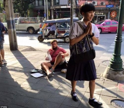 Khách Tây ăn xin tại Thái Lan. Ảnh:Twitter.