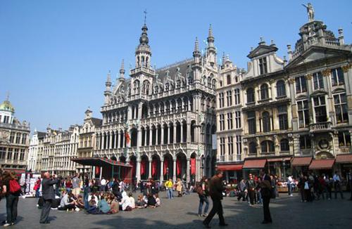 Vì sao bức tượng nổi tiếng ở Bỉ là chú bé đứng tè? 15-6507-1540783572