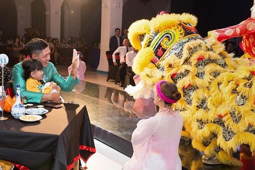 Khách du lịch sẽ được trải nghiệm văn hoá nghệ thuật đặc sắc của Việt Nam ở cả ba miền tổ quốc cùng các màn múa đẹp mắt và âm thanh sống động, hiện đại.