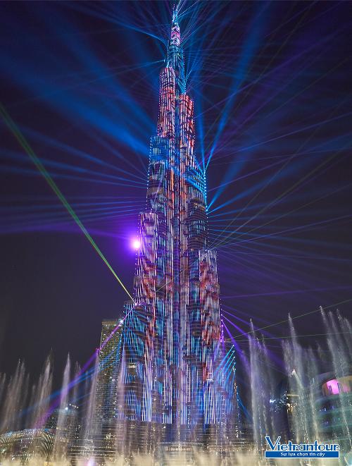 Tour đón năm mới ở Dubai hấp dẫn bởi nhiều màn trình diễn sôi động.