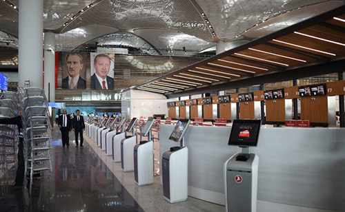 Bên trong sân bay mới này được trình bày theo những thiết kế Hồi  giáo và Thổ Nhĩ Kỳ, với tòa tháp kiểm soát không lưu hình tulip. Đây là  thiết kế đạt giải thưởng Kiến trúc Quốc tế 2016.