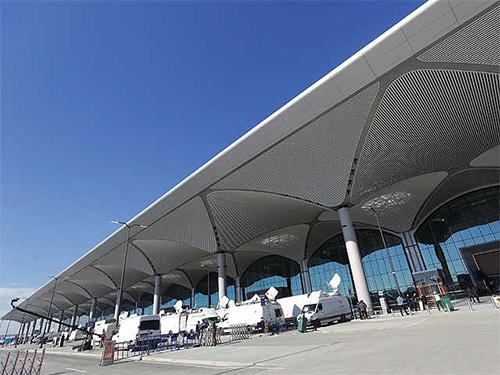 Sân bay này được đánh giá là cầu nối quan trọng nhất giữa châu Á và châu  Âu. Việc xây dựng này hết sức cần thiết khi tình trạng quá tải ngày  càng phổ biến ở sân bay Ataturk. Nơi đây được đánh giá là một trong  những sân bay bận nhất châu Âu khi không có không gian để mở các đường  băng mới.