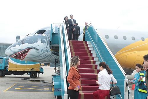 Máy bay phản lực loại nhỏ E190-E2 được thử nghiệm tại Hà Nội vào tháng 10.