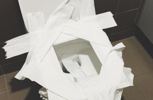 Nhiều người có thói quen lót giấy vệ sinh phủ kín bệ bồn cầu. Ảnh: fxp.cz.
