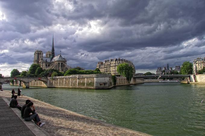 Nhà thờ hơn 850 tuổi giữa thành phố Paris