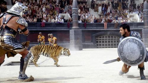 Đối thủ của các võ sĩ giác đấu có thể là các con mãnh thú. Nếu những con vật này thua, chúng sẽ bị banh xác ngay trên võ đài. Ảnh: Hollywoodreporter.