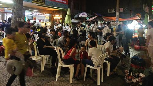 Khách xếp hàng đợi xe tại một bến xe trên đường Lê Hồng Phong, quận 5, TP HCM lúc 0h thứ 6. Ảnh: P.V.