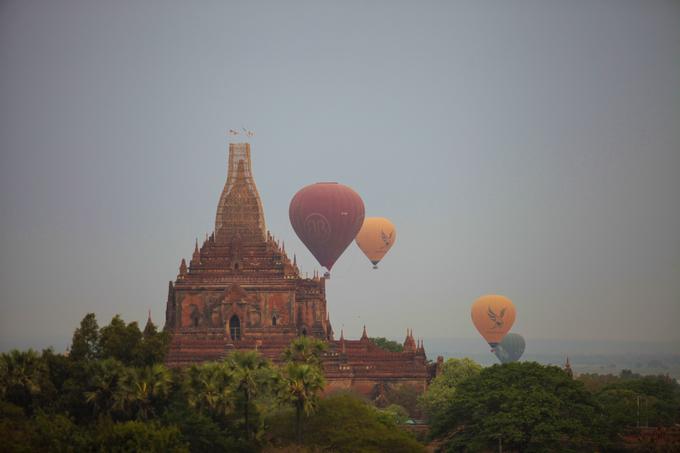 Bình minh nhuốm màu huyền bí trên miền đất Phật
