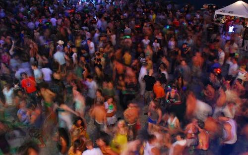 Thái Lan là điểm đến nổi tiếng với đời sống giải trí về đêm sôi động, thu hút nhiều khách phương Tây tới những đêm tiệc tùng bất tận. Ảnh:Yahoo 7.