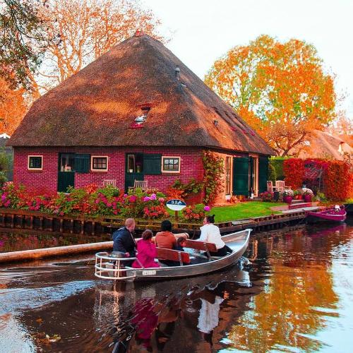 Tham quan làng thiên thần Giethoorn của Hà Lan. Ảnh: Tugo.