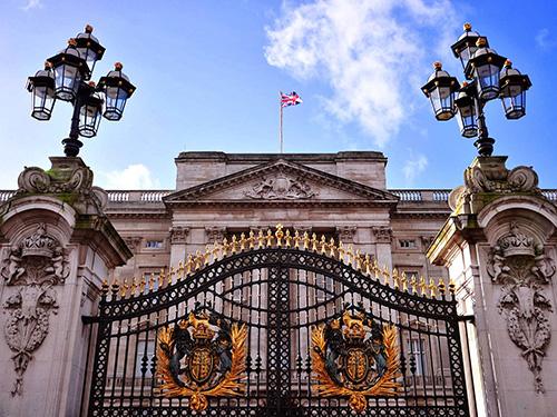 Nữ hoàng Anh có thể nghỉ ngơi ở nhiều khu nhà hoàng gia song bà vẫn  thỉnh thoảng về ở trong cung điện Buckingham. Khi bà ở đó, người ta sẽ  treo cờ hoàng gia lên. Chiếc cờ có tên Royal Standard này chỉ được treo  khi nữ hoàng có mặt trong cung điện.