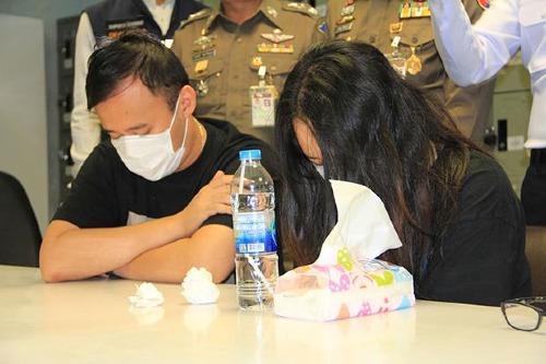 Cặp đôi này bị kết tội ăn trộm vào ban đêm - hành vi bị phạt nặng hơn trộm ban ngày tại Thái Lan. Cả hai đã bị tạm giam chờ ngày xét xử. Ảnh: Sutthiwit Chayutworakan.