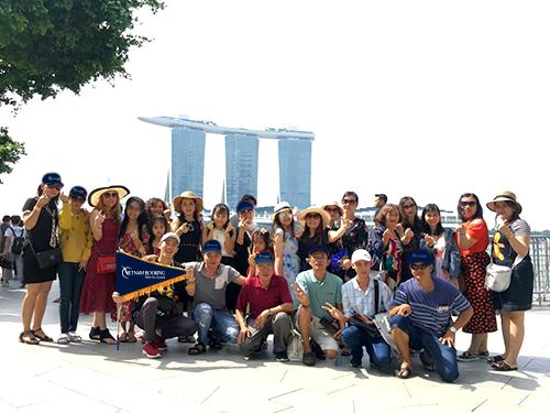 Đoàn khách đi Singapore của Vietnam Booking.
