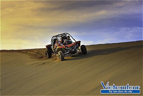 Ngồi xe địa hình chinh phục tiểu sa mạc cát Mũi Dinh