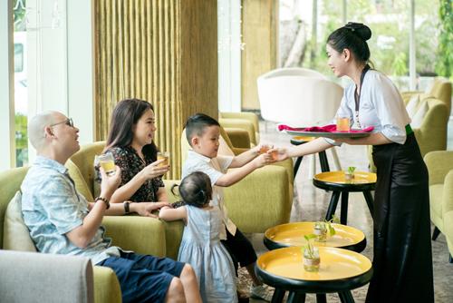Là hệ thống khách sạn có bản sắc riêng, hướng về giá trị văn hóa truyền thống, đến với Mường Thanh, bạn sẽ thưởng thức ẩm thực Tây Bắc trong không gian bình yên thanh thản và được phục vụ bởi đội ngũ nhân viên trong trang phục Thái đặc trưng.
