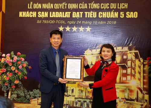 Bà Nguyễn Thị Nguyên, Giám đốc Sở Văn hóa Thể thao và Du lịch tỉnh Lâm Đông đại diện trao quyết định công nhận khách sạn 5 sao cho ông Lê Hữu Nghĩa, Fiám đốc khách sạn Ladalat tối 24/10.