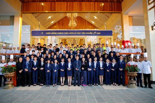 Đội ngũ nhân viên trong buổi lễ đón nhận khách sạn đạt chuẩn 5 sao.
