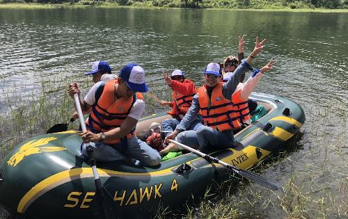 Tour chèo thuyền dã ngoại hồ Tuyền Lâm Đà Lạt: Đây là chương trình tour trải nghiệm, khám phá thiên nhiên được đông đảo du khách yêu thích vào những tháng cuối năm, vì thời gian này trời nắng rao, rừng lá Phong trong khu vực này lá bắt đầu đỏ rực.