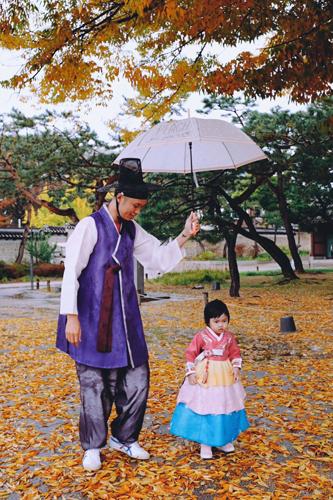 Nhà chị Uyên thuê hai bộ hanbok với giá là 36.000 won (khoảng 75.000 đồng) trong hai tiếng. Ảnh: NVCC.