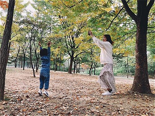 Chị Uyên vui đùa cùng con gái trong công viên ở Seoul. Phần lớn hành trình di chuyển của gia đình đều bằng tàu điện ngầm. Ảnh: NVCC.