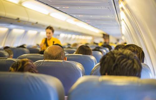 Dù các tiếp viên luôn cảnh giác, đôi khi họ vẫn để lọt một vài hành khách mua ghế phổ thông nhưng lén lên khoang thương gia, hạng nhất để ngồi.