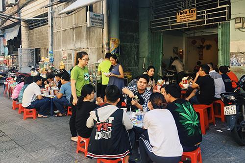 Quán nằm ở trước chung cư Tôn Thất Đạm, quận 1. Ảnh: Di Vỹ.