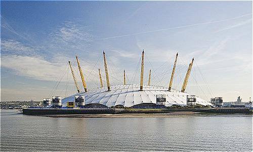 Millenium Dome là rạp chiếu phim lớn nhất thế giới. Công trình có đường kính 365 m, cao 52 m ở giữa với 12 cột trụ, tượng trưng cho ngày, tuần, và tháng trong năm. Với kích thước trên, có thể nhét vừa kim tự tháp Giza bên trong kiến trúc.