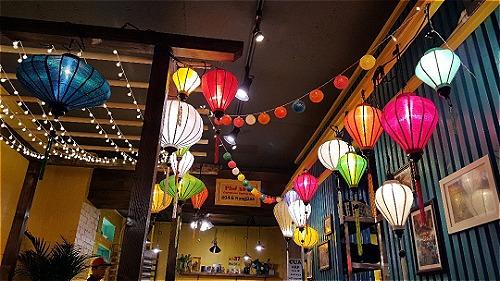 Không khí Việt ở Hàn Quốc được thể hiện qua tranh ảnh, đèn lồng... Ảnh: Min.