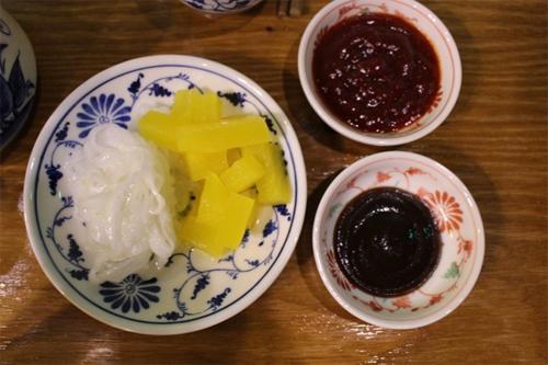 Khi dọn món ăn ra, nhân viên còn phục vụ kèm một đĩa kim chi. Hương vị của món ăn cũng được điều chỉnh để phù hợp với khẩu vị của người Hàn Quốc. Ảnh: @miss_chaellen.