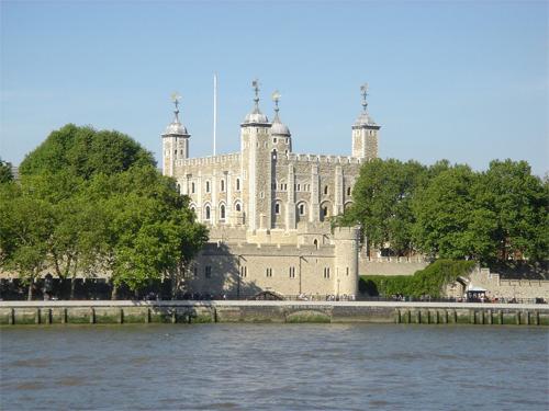 Có 6 con quạ sinh sống trong Tháp London. Để bảo vệ tòa tháp, vua Charles II đã ra yêu cầu đặt 6 con quạ trong đó. Đến nay, chúng vẫn được giữ và canh chừng trong tòa thác. Để chắc chắn chúng không thoát ra được, người ta đã cắt một cánh và nuôi thêm một con quạ. Ảnh: Urbanest.