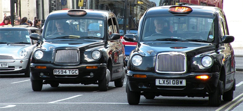 Muốn trở thành một tài xế lái taxi, mọi người phải trải qua một bài kiểm tra khá toàn diện có tên gọi  Tri thức. Các câu hỏi sẽ kiểm tra trình độ ghi nhớ của người đó về mọi con đường ở London. Một số tài xế phải mất nhiều năm để học được tất cả. Một số khác thậm chí phải đi bộ nhiều tiếng xung quanh các con phố, hẻm nhỏ để tập ghi nhớ.