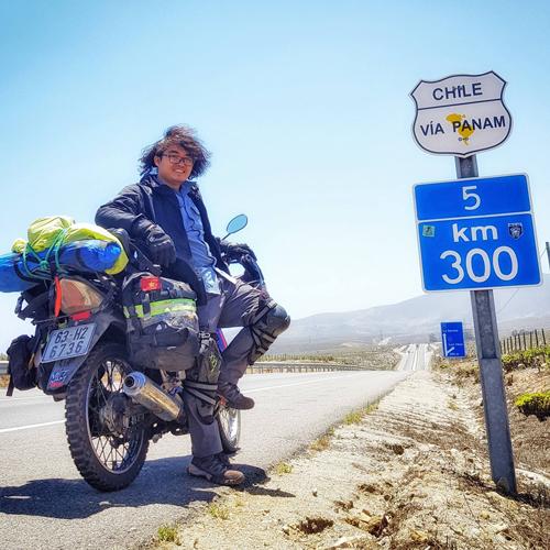 Giấc mơ đi xe máy vòng quanh thế giới của Trần Đặng Đăng Khoa được nhen nhóm từ tấm bản đồ cha tặng ngày bé. Ảnh: NVCC.