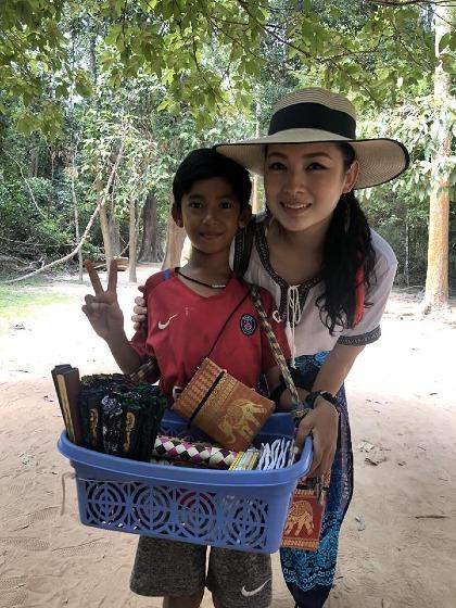 Nữ du khách Malaysia chụp ảnh cùng cậu bé. Ảnh:Venus GWC.