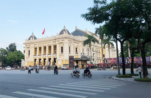 Người tham gia lễ hội sẽ đi qua các điểm tham quan nổi tiếng như Nhà hát Lớn. Ảnh: An Yên.