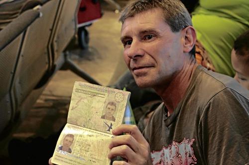 Gary kể về những lần thi đấu trong các cuộc đua ngựa ở Oman và các nước Trung Đông khác, chụp ảnh cùng hoàng tộc. Ông vẫn mang theo đồ nghề khi tới Philippines. Ảnh: Global Nation.